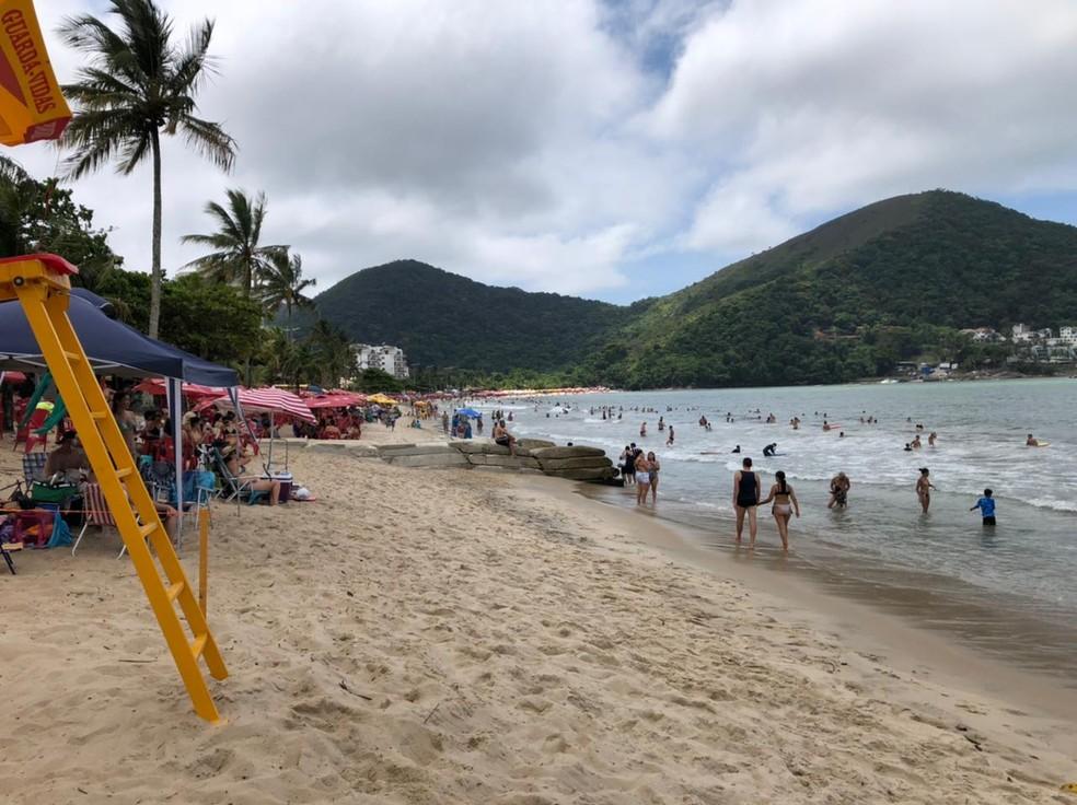 Praia Martim de Sá ficou lotada neste sábado (23) em Caraguatatuba — Foto: Arthur Costa/ TV Vanguarda