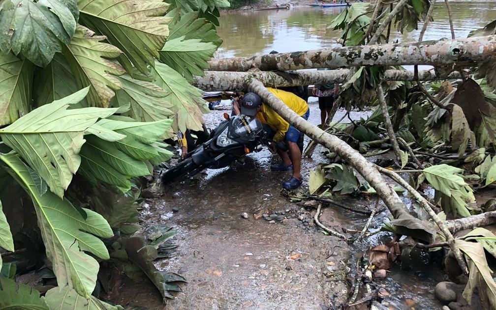 Árvores, pneus e pedras foram usados para construir barreiras nas estradas equatorianas — Foto: Claudinei Batista/Arquivo pessoal