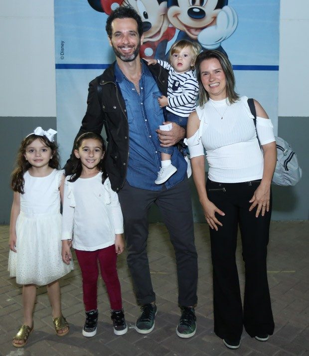 Mouhamed Harfouch e Clarissa Eyer com Bento, Ana Flor e Bia (Foto: Roberto Filho/Brazil News)
