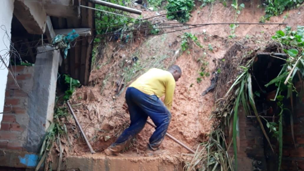 Casas são atingidas por barro após deslizamento de encosta no bairro de Paripe, em Salvador