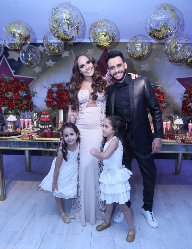 Perlla com Cássio Castilhol e as filhas, Pérola e Pietra (Foto: Anderson Borde/AgNews)
