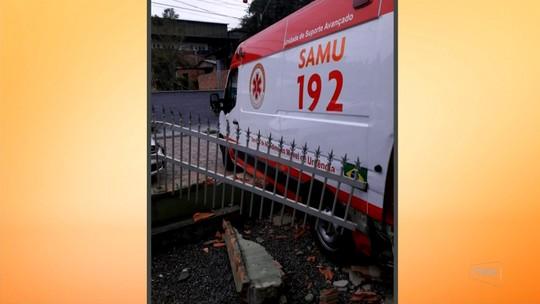 Ambulância do Samu bate em muro após possível problema no freio em Blumenau