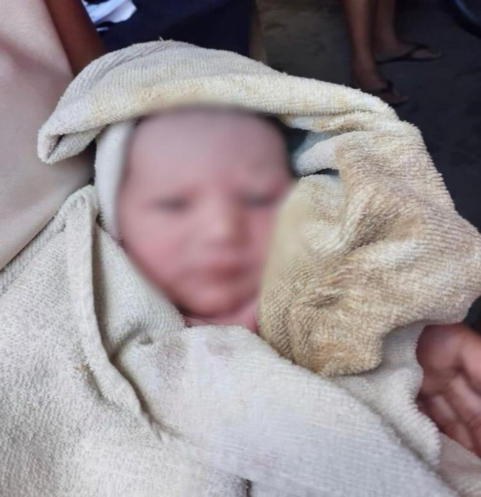 Recém-nascida foi encontrada dentro do lixo, em Surubim — Foto: WhatsApp TV Asa Branca/Reprodução
