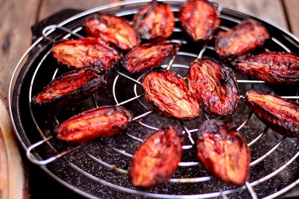4 – Para secar ao forno, os tomates devem ser temperados com açúcar e sal e cozidos a 100° C por cerca de 4 horas (Foto: Larissa Januário)