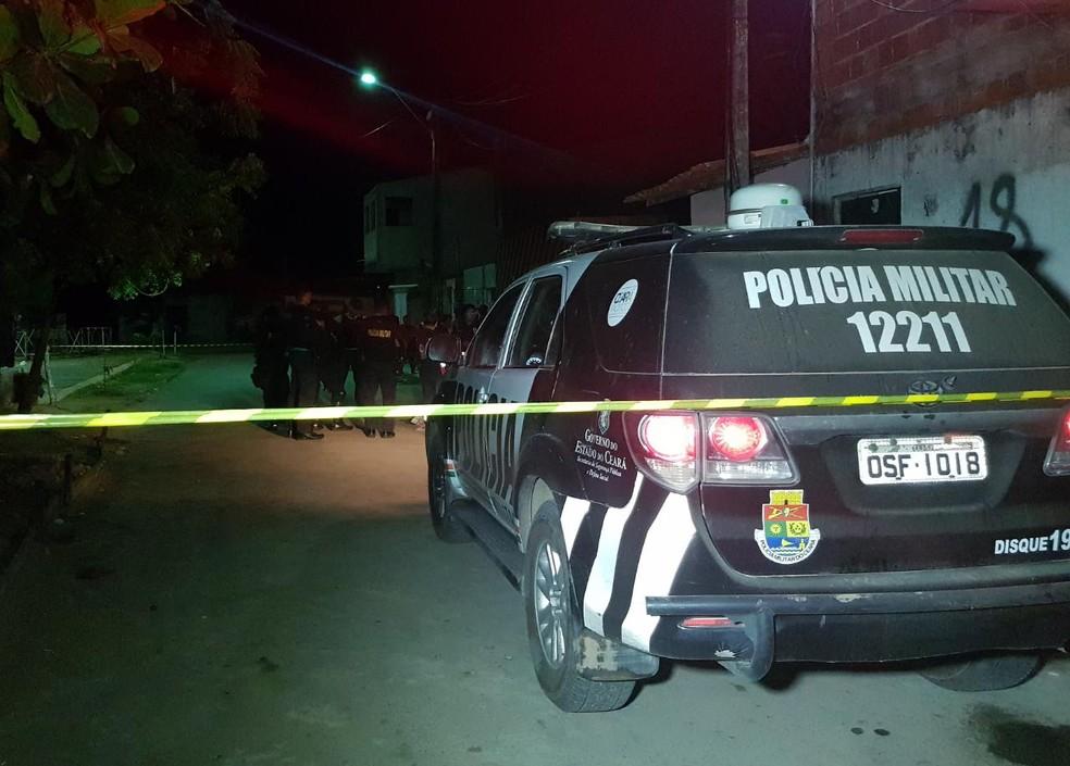 Corpo de homem é encontrado jogado em via com marcas de tiros na noite desta terça-feira (19), no Bairro Padre Júlio Maria, em Caucaia. — Foto: Rafaela Duarte/ Sistema Verdes Mares