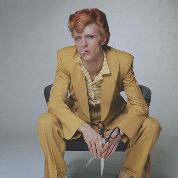 David Bowie abusava dos ternos coloridos. Aqui, a versão mostarda supercool, em ton-sur-ton com seu cabelo laranja. (Foto: Getty Images)