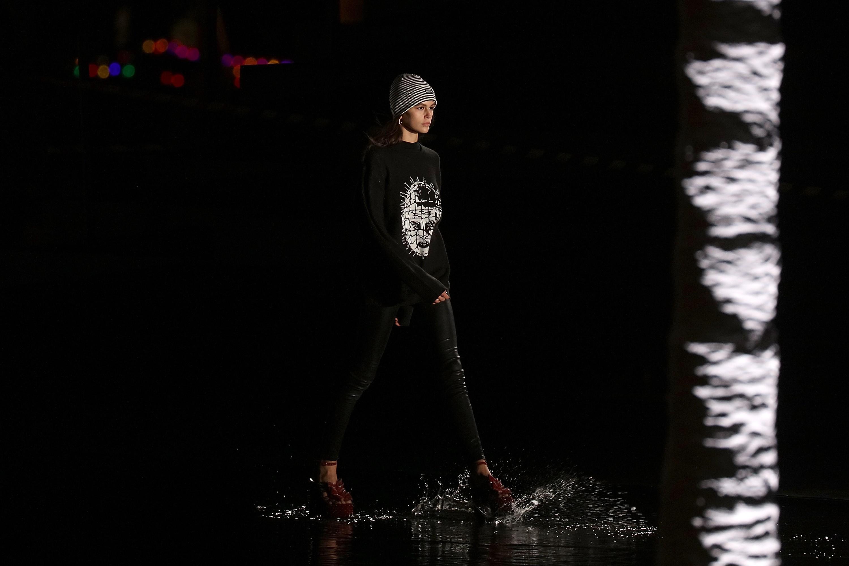 Kaia Gerber na passarela da Saint Laurent (Foto: Getty Images)