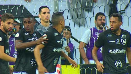 Fogo amigo? Cícero e Gilson batem boca na derrota para o Corinthians; assista