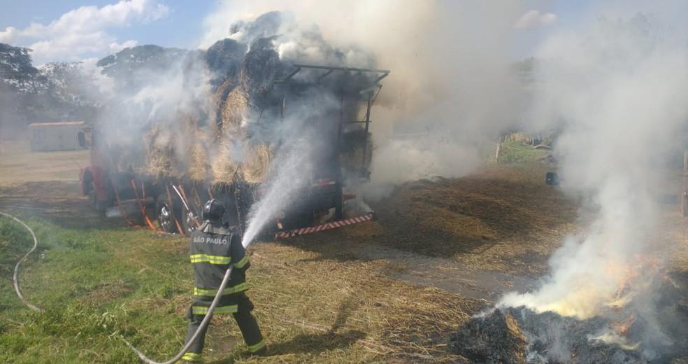Carga de feno foi tomada pelo fogo — Foto: Corpo de Bombeiros