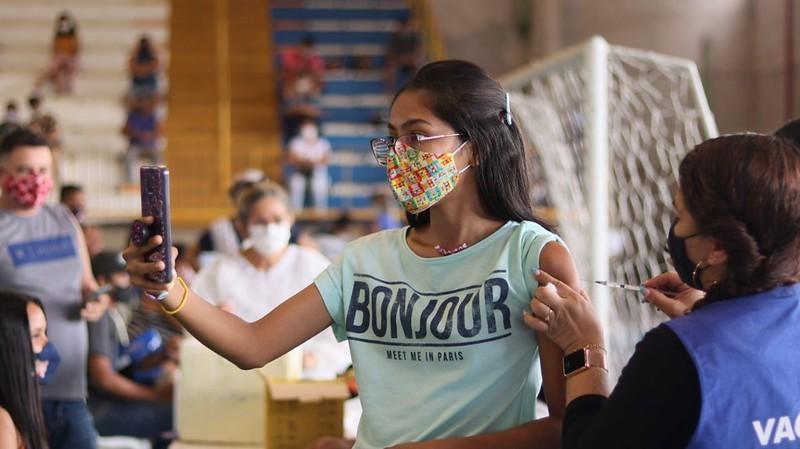 Manaus vacina jovens a partir de 18 anos até às 19h nesta segunda-feira