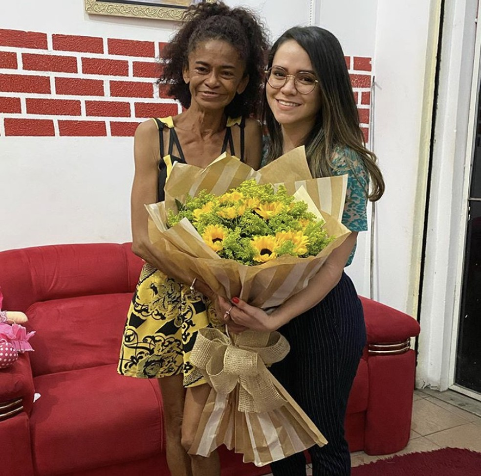 Maria Solange ganhou flores de parceiros do projeto social Parceiros Brilhantes. — Foto: Reprodução/Redes Sociais