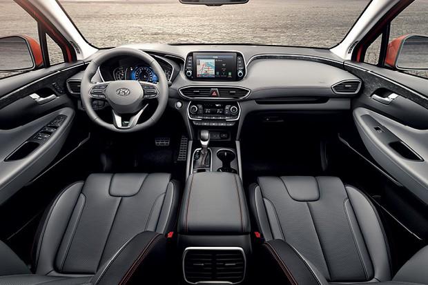 Hyundai Santa Fe 2019 - Painel é simétrico e realça a sensação de  amplitude; multimídia de oito polegadas fica em destaque no topo (Foto:  divulgação)