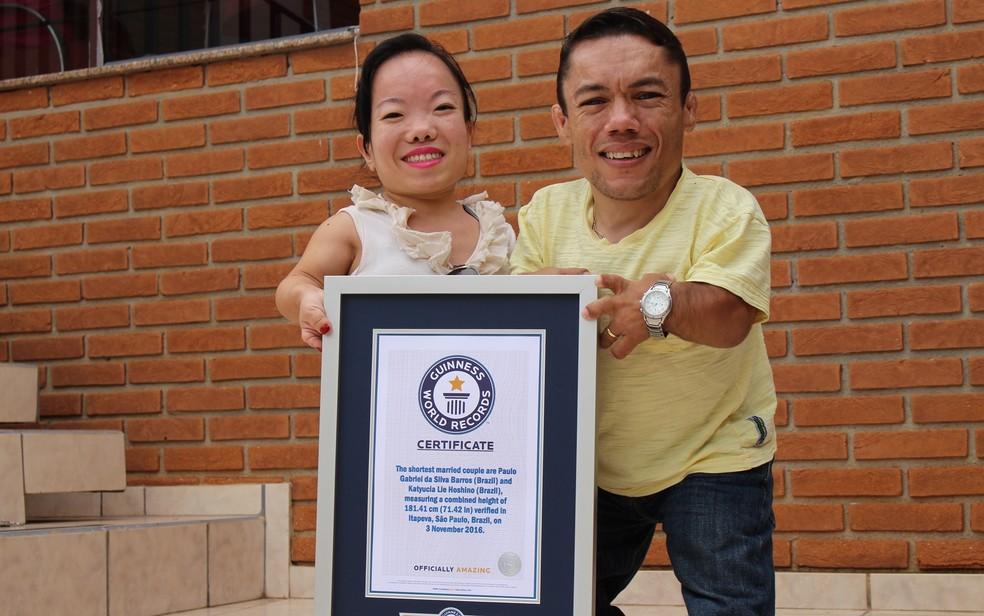Casal recebeu reconhecimento do recorde dois meses após casamento — Foto: Caio Gomes Silveira