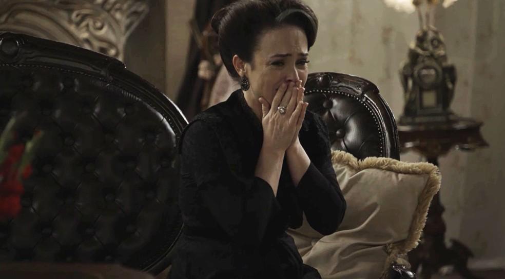 Julieta sofre por tudo que fez no passado e teme ser abandonada por todos (Foto: TV Globo)