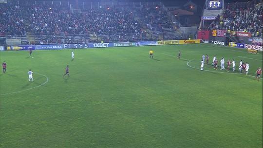 Aranha sai mal, bola escapa e Leandro Leite quase marca aos 19' do 2T