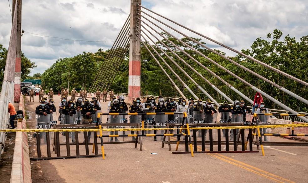 Policiais fecham ponte para impedir passagem de imigrantes — Foto: Raylanderson Frota/Arquivo pessoal