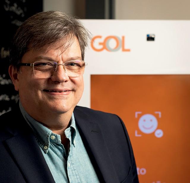 Paulo Palaia, CEO do Gol Labs, e o totem de reconhecimento facial: eficiência para a Gol e praticidade para o passageiro (Foto: Marcus Steinmeyer)
