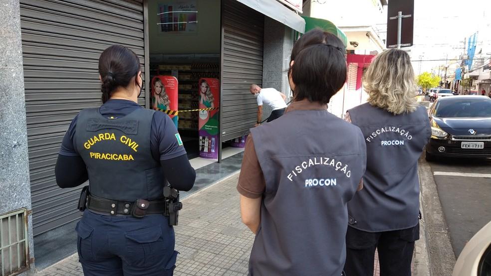 Fiscalização em lojas por descumprimento de quarentena, em Piracicaba — Foto:  Felipe Ferreira/Prefeitura de Piracicaba