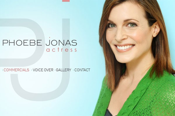 Atriz Phoebe Jonas é conhecida por atuar em vários comerciais de TV para a gigante farmacêutica Bayer (Foto: Reprodução)