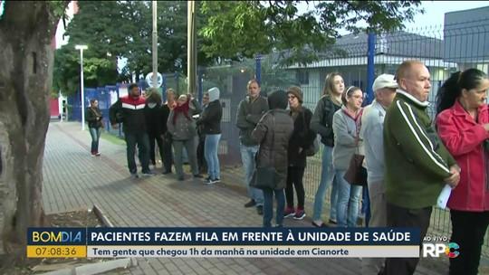 Pacientes fazem fila em frente à unidade de saúde