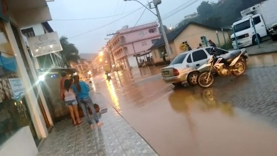 Nível do rio sobe e comerciantes precisam interditar rua alagada em Santa Maria de Jetibá, ES