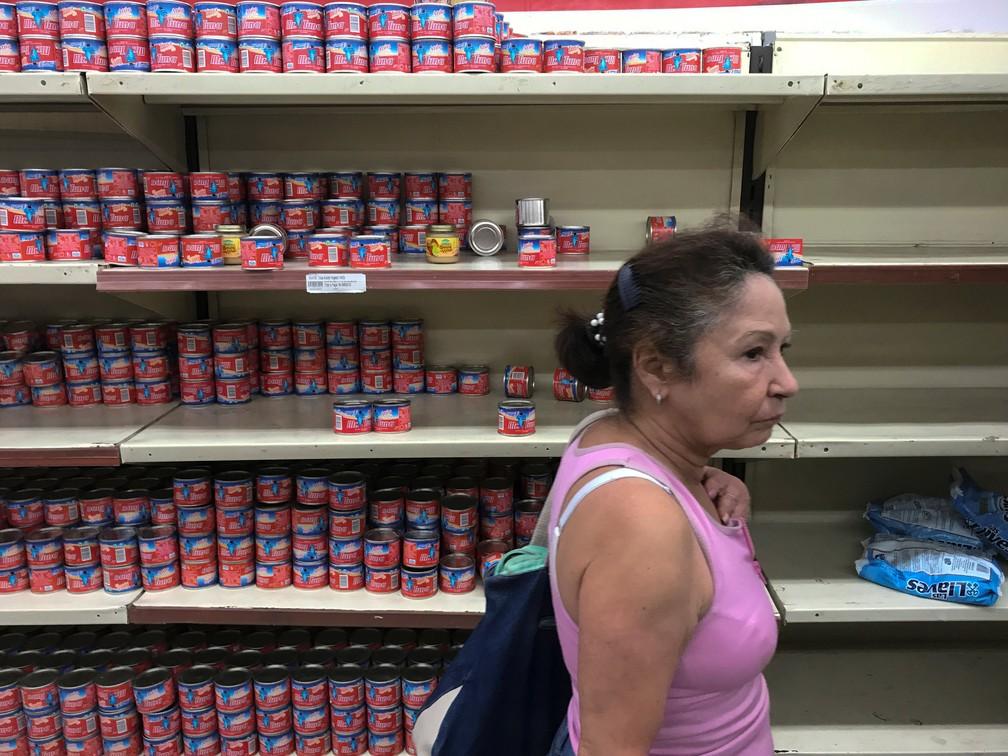 6 de janeiro - Mulher procura produtos em um supermercado em Caracas, na Venezuela (Foto: Marco Bello/Reuters)