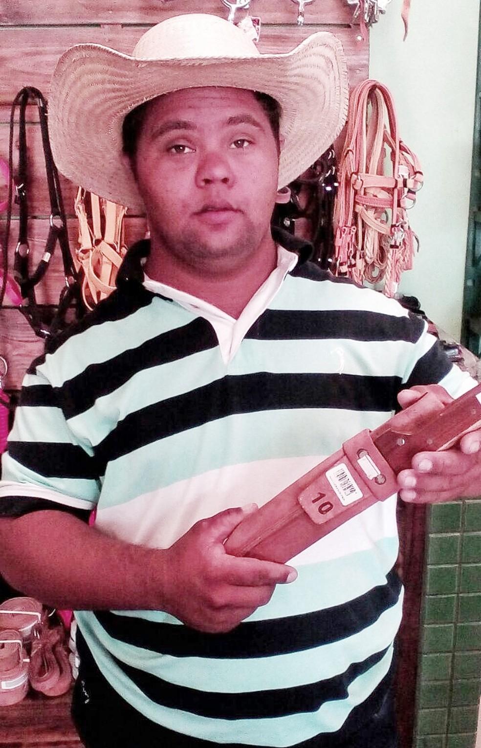 Bruninho tem síndrome de down e é laçador em uma equipe de laço comprido de MS (Foto: Arquivo pessoal )