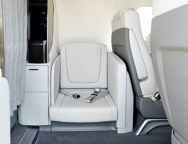 Um pequeno assento logo na entrada leva um passageiro extra no jato HA-420, conhecido como HondaJet (Foto: Christian Castanho)