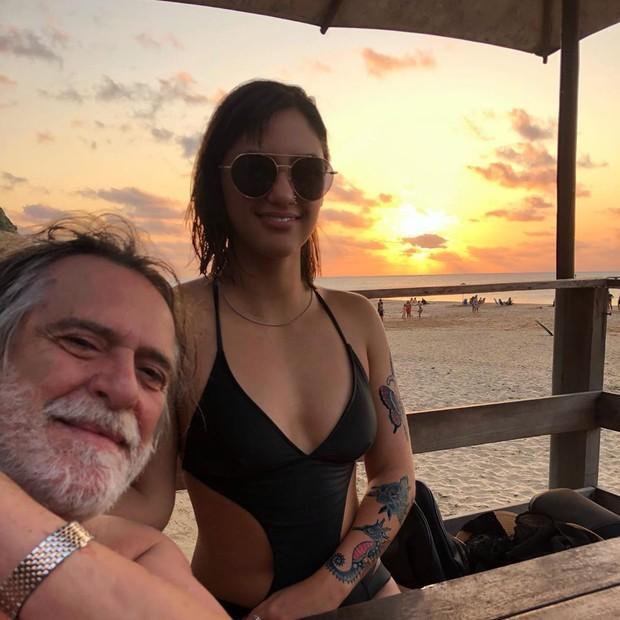 Caro Junger e José de Abreu (Foto: Reprodução//Instagram)