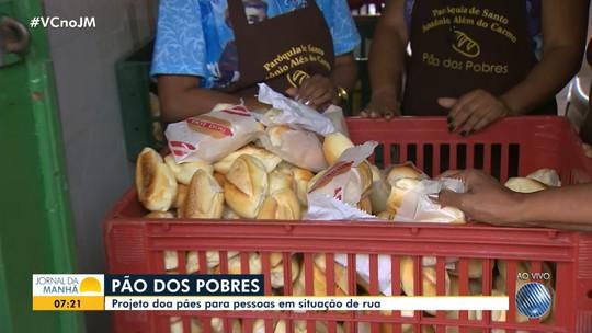 Católicos doam pães para a população carente em tradição dedicada a Santo Antônio
