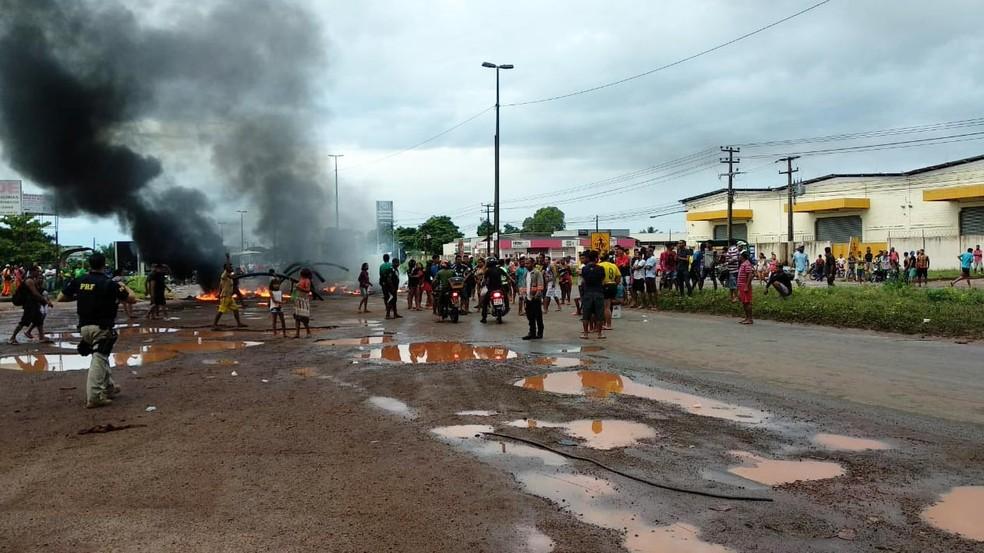 Moradores realizam protesto na BR-135, em São Luís — Foto: Douglas Pinto/ TV Mirante