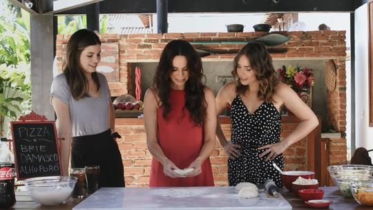 Camila Queiroz, Letícia Colin e Vanessa Gerbelli se reúnem para fazer uma pizza