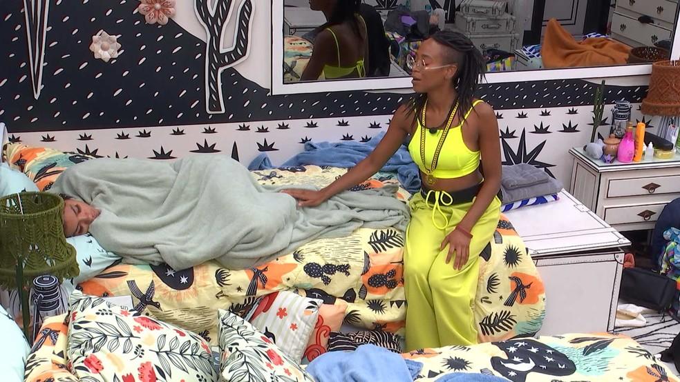 Karol Conká tenta acordar Pocah: 'Vai dormir para sempre hoje?' — Foto: Globo
