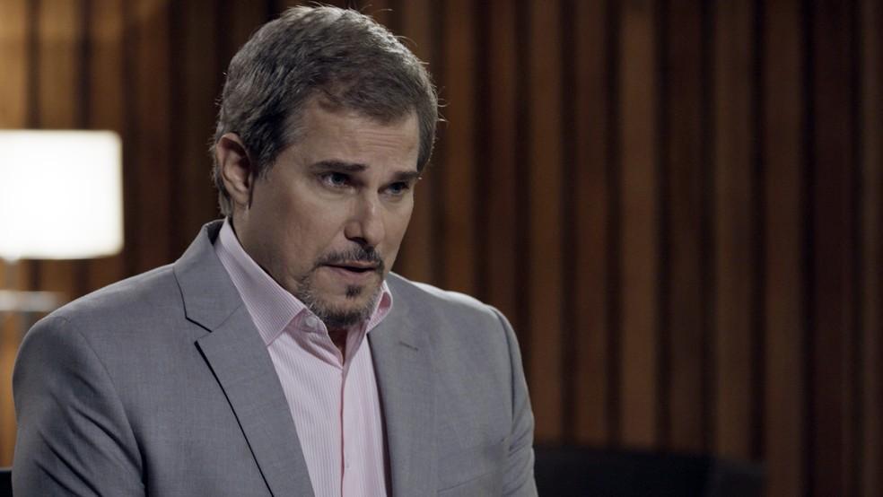 Em 'A Força do Querer', Dantas (Edson Celulari) conta a Caio (Rodrigo Lombardi) que Bibi (Juliana Paes) é suspeita pelo incêndio do restaurante  — Foto: TV Globo