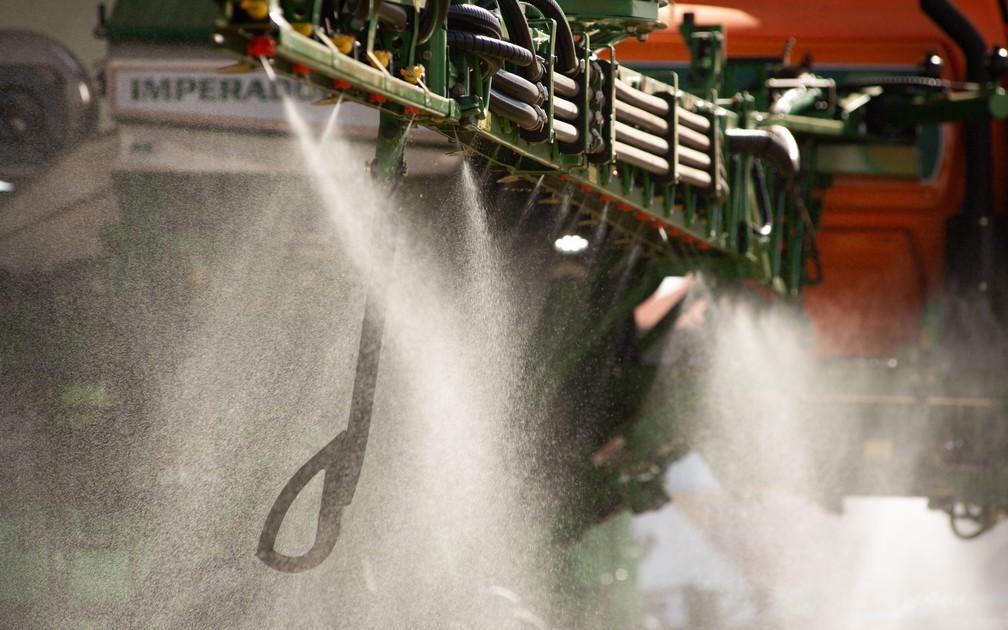 Nas grandes culturas, os agrotóxicos são aplicados por pulverizadores, máquinas que possuem regulagem própria para evitar uso em excesso dos pesticidas — Foto: Érico Andrade/G1