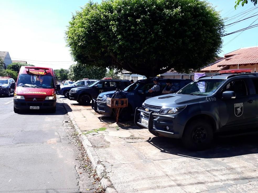 Bombeiros e polícia no local onde o suspeito foi morto — Foto: Osvaldo Nóbrega/TV Morena