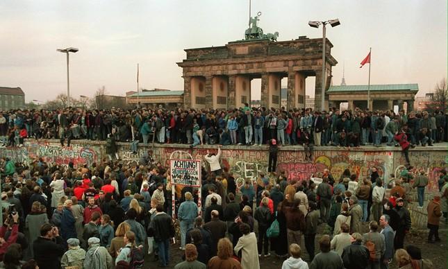 Moradores de Berlim Oriental no portão de Brandenburgo, no dia do anúncio que moradores do leste poderiam fazer travessias sem precisarem pedir autorização