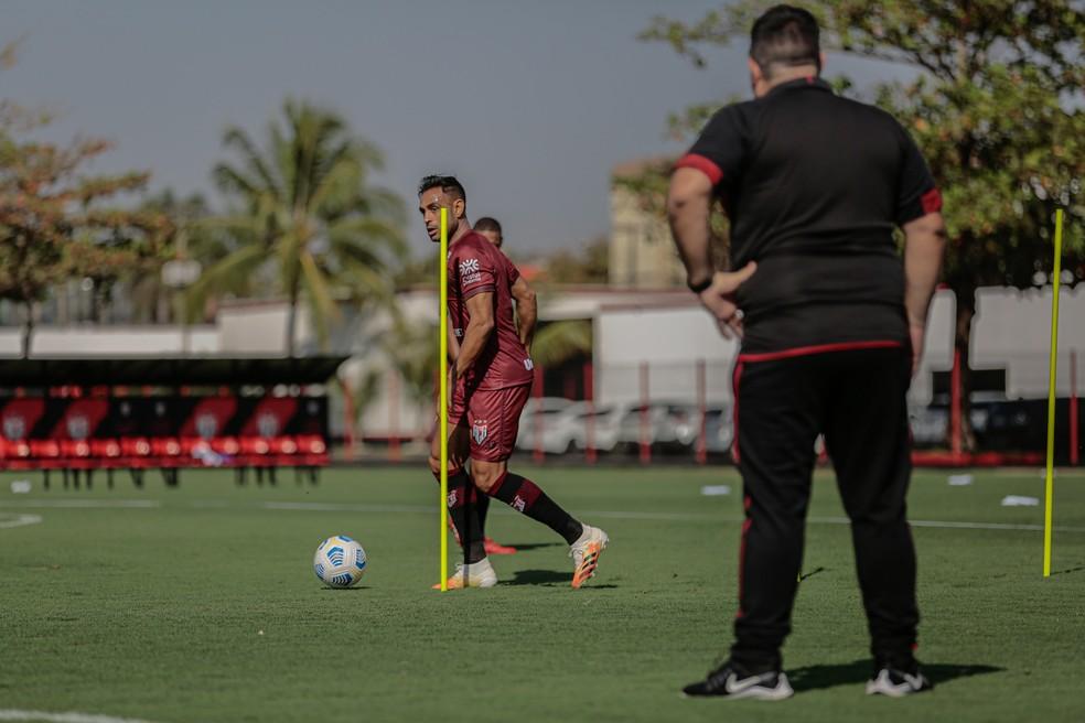 Werley, observado pelo técnico Barroca durante treino — Foto: Bruno Corsino/ACG
