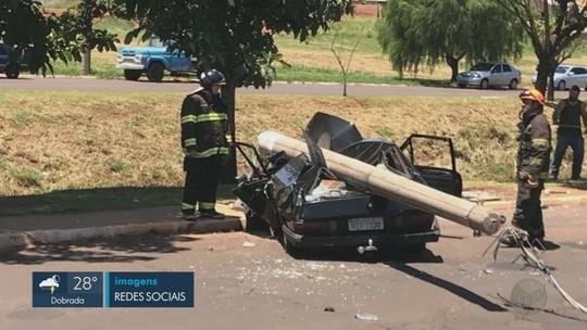 faf912b3409e5 Carro bate em poste e bloqueia trânsito em avenida de Jaboticabal