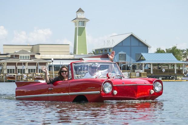 O restaurante oferece a opção do passeio no carro anfíbio, por mais US$125  (Foto: Divulgação Disney Springs)