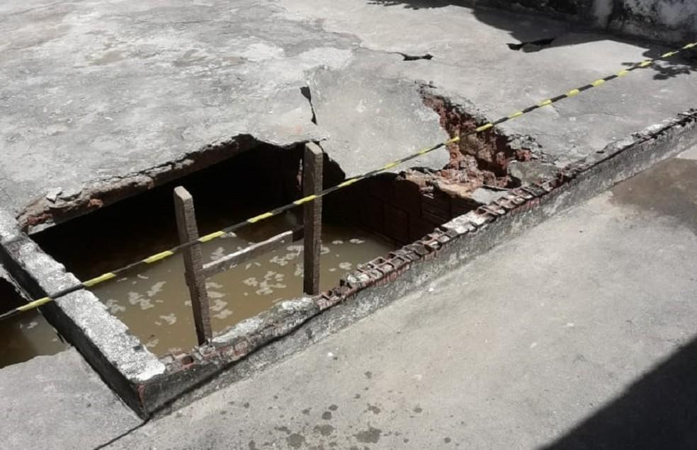Estrutura desabou, e crianças caíram no local (Foto: Arquivo pessoal)