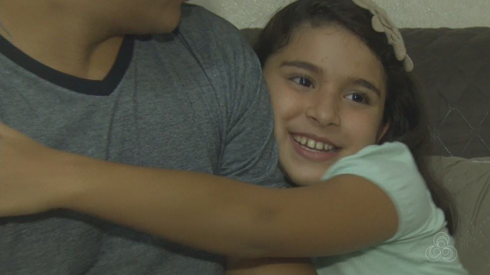 Pequena diz que pai salvou a vida dela e que espera um dia poder retribuir (Foto: Reprodução/Rede Amazônica Acre)