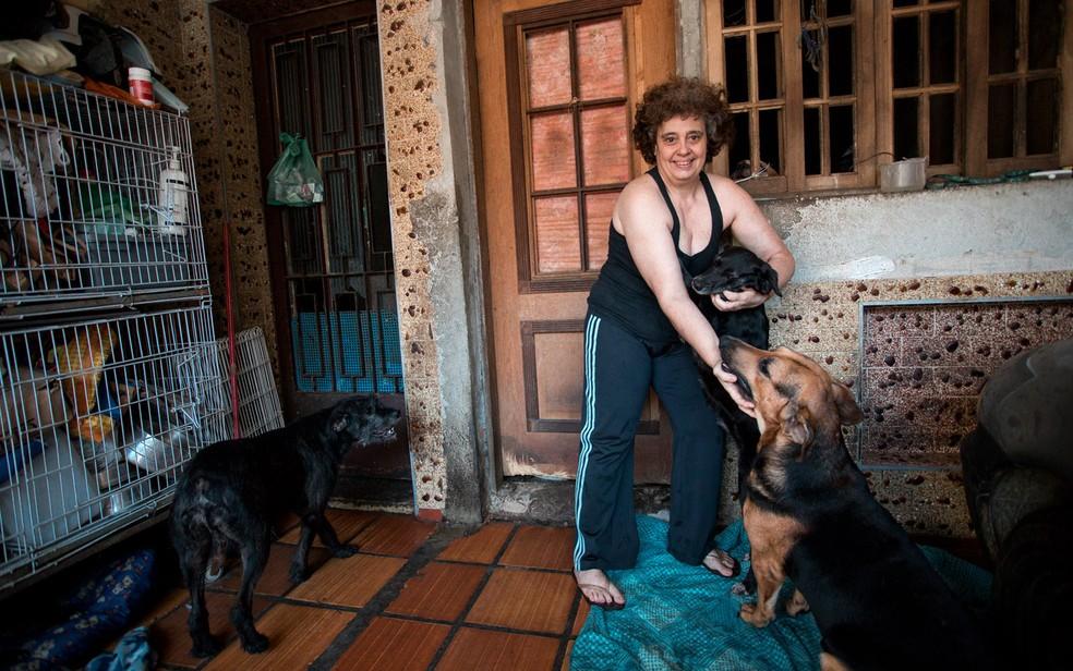Rosângela cresceu em família que gostava de animais e se aproximou de protetores na adolescência (Foto: Marcelo Brandt/G1)