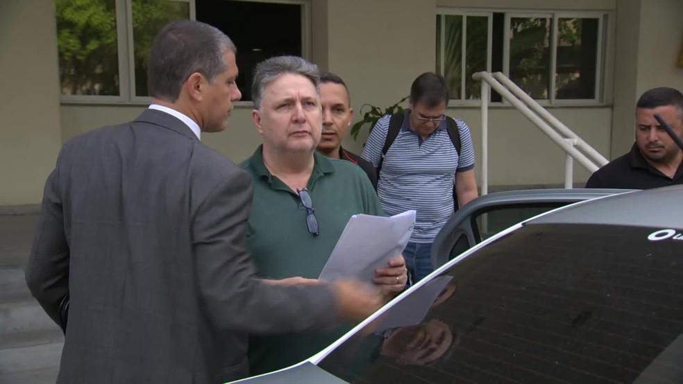 Garotinho deixa a Cidade da Polícia, para onde foi levado — Foto: Reprodução/TV Globo
