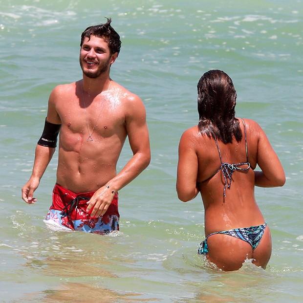 Giulia Costa com namorado (Foto: Dilson Silva / AgNews)