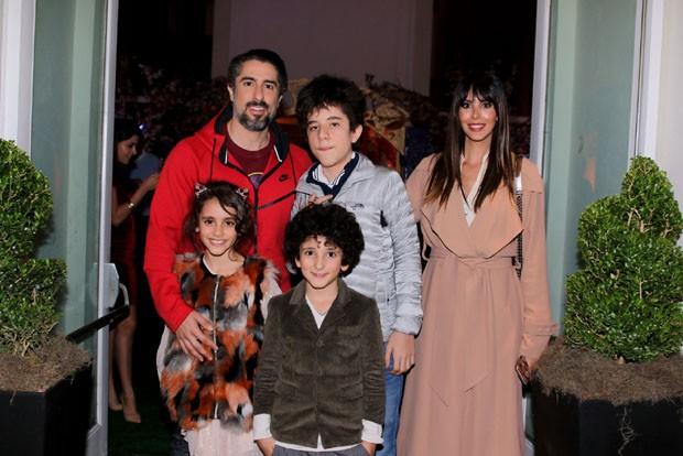 Marcos Mion e Suzana Gullo com os filhos Donatella, Stefano e Romeo (Foto: Thiago Duran/Agnews)