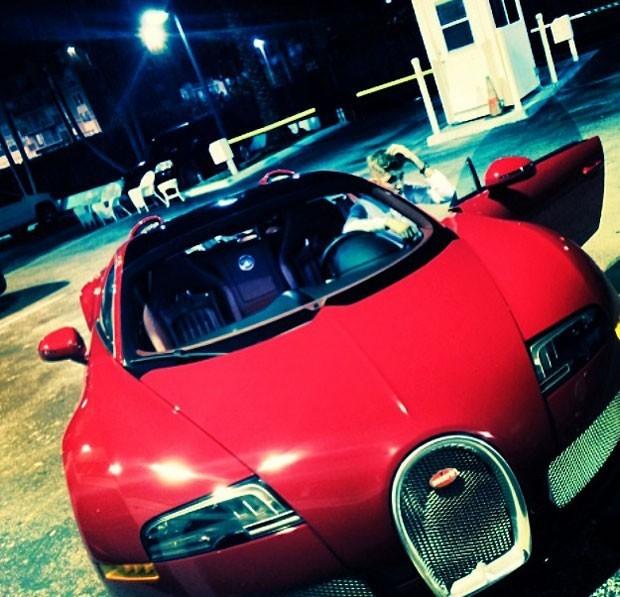 Justin Bieber e seu  Bugatti Veyron 16.4 Grand Sport Vitesse (Foto: Reprodução / Instagram)