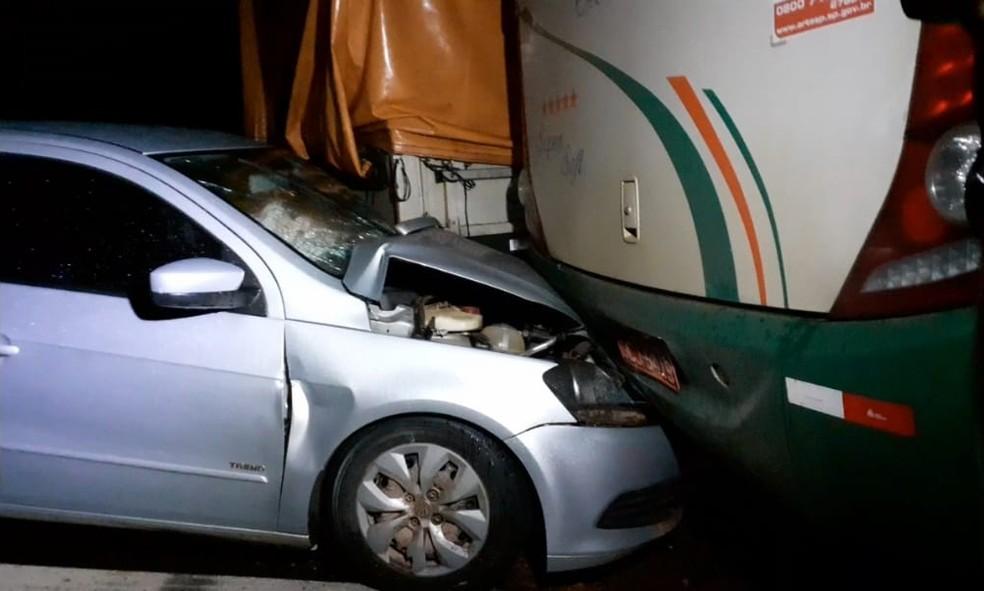 Acidente envolveu entre ônibus, carreta e carro na BR-070 — Foto: Kiko Pinheiro/SBT