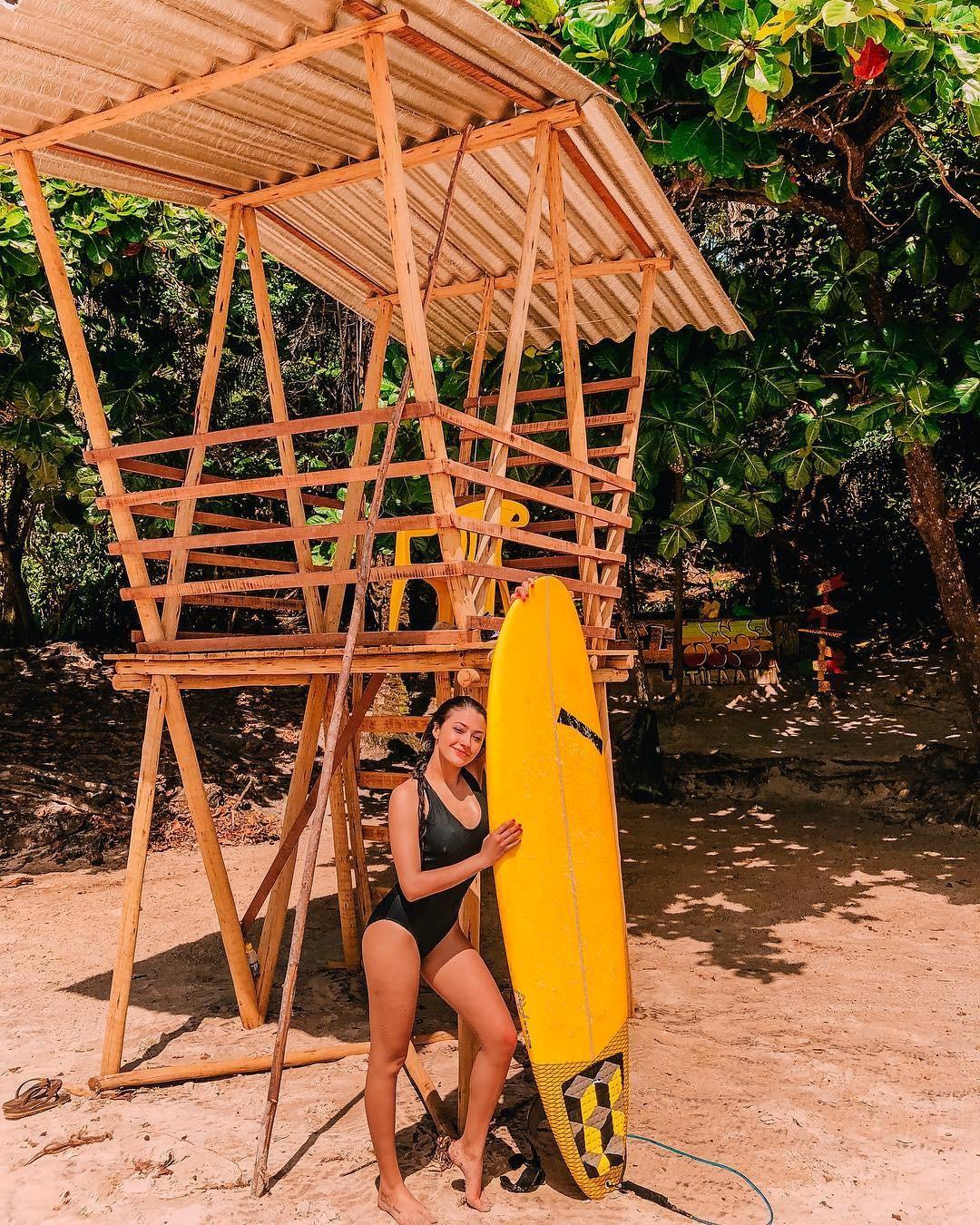 Carol Oliveira e sua prancha em Itacaré (Foto: Reprodução/Instagram)