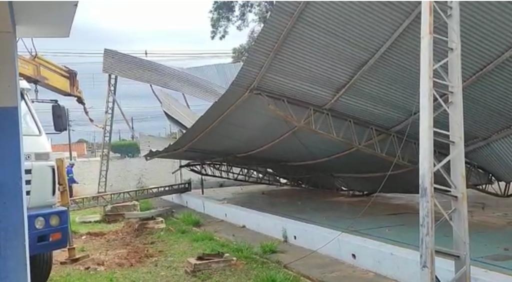 Empresa retira estrutura metálica que desabou em quadra de Centro Comunitário durante vendaval em Osvaldo Cruz